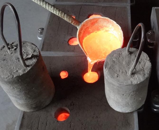 Gussverfahren Schritt 4 - Einfüllen des flüssigen Messing-Materials und anschließendes Aushärten