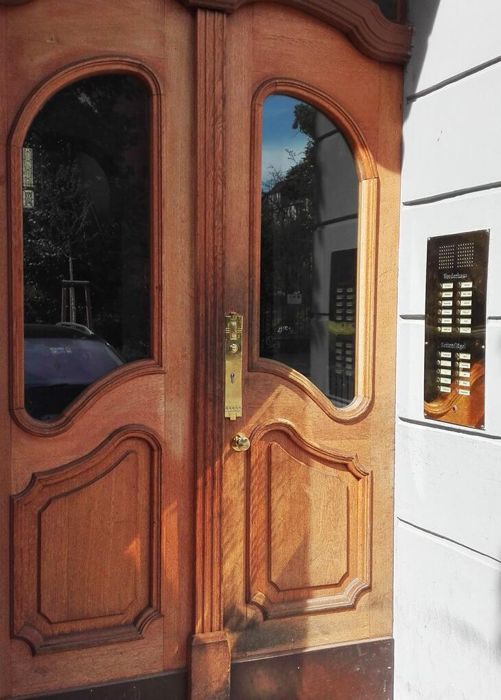 Hauseingang mit Außentürbeschlag aus Messing - Messing-Zawadski