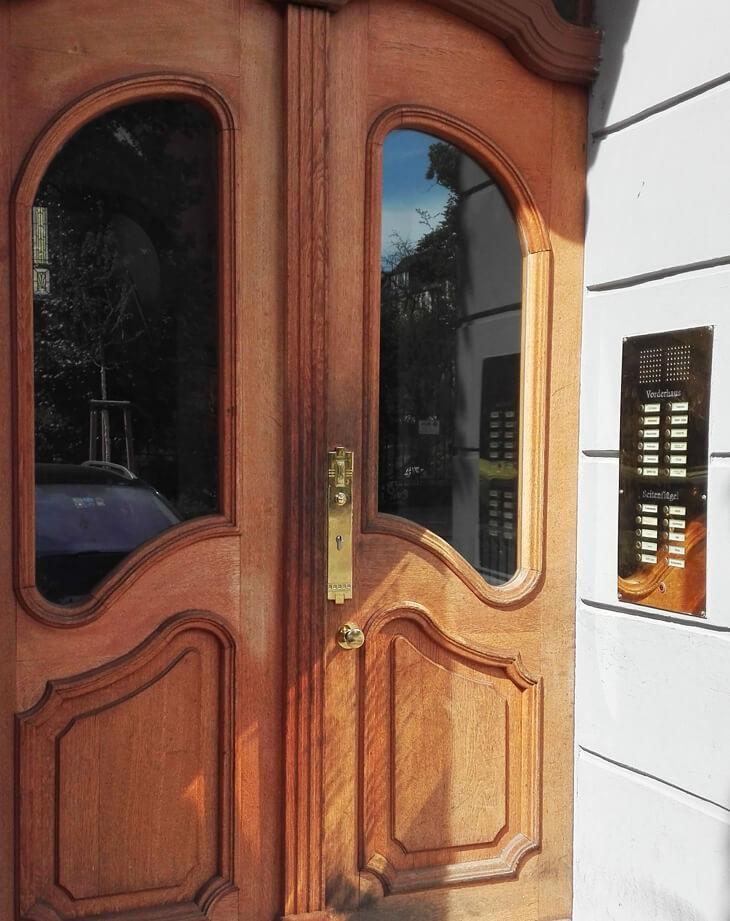 Hauseingang mit Außentürbeschlag aus Messing – Messing-Zawadski